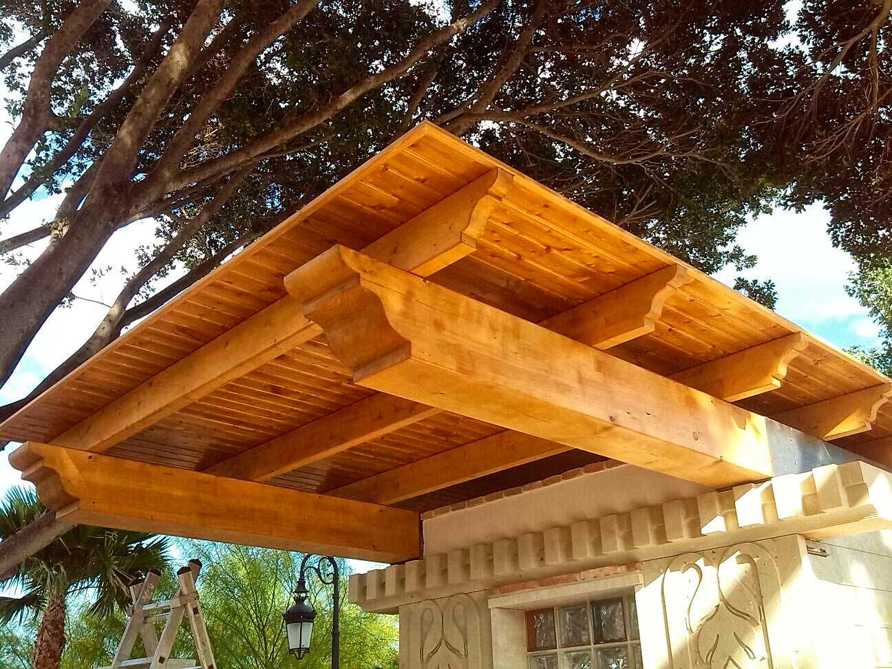 carpintería Madecor techo voladizo en madera de primera calidad