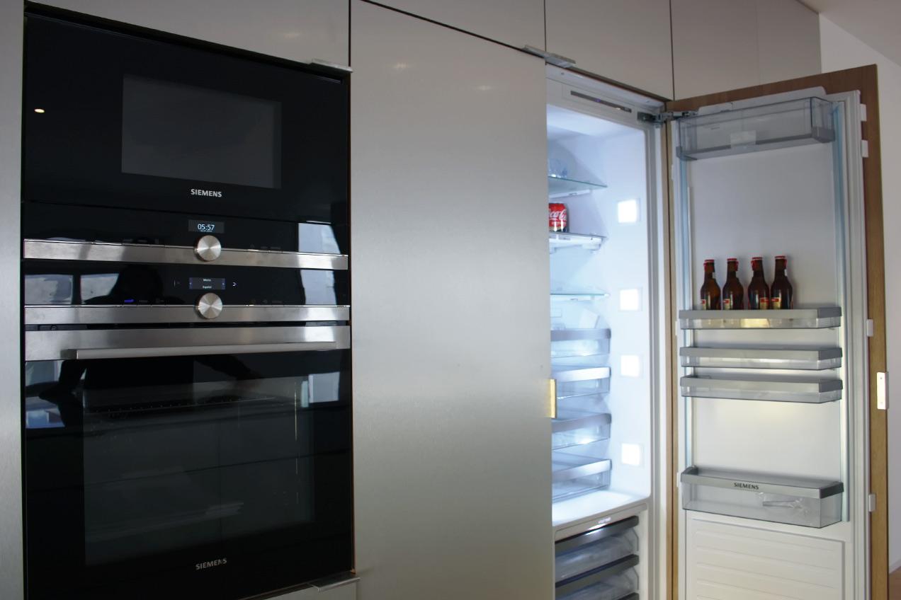Nevera integrada en los armarios de la cocina a medida de una vivienda particular realizada por la Carpintería Madecor