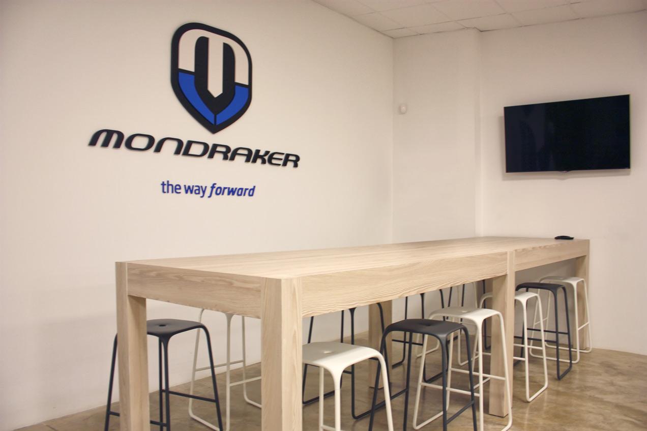 Carpinteria para empresas Elche. Mesas de la sala de exposición de Mondraker realizadas por la carpintería Madecor