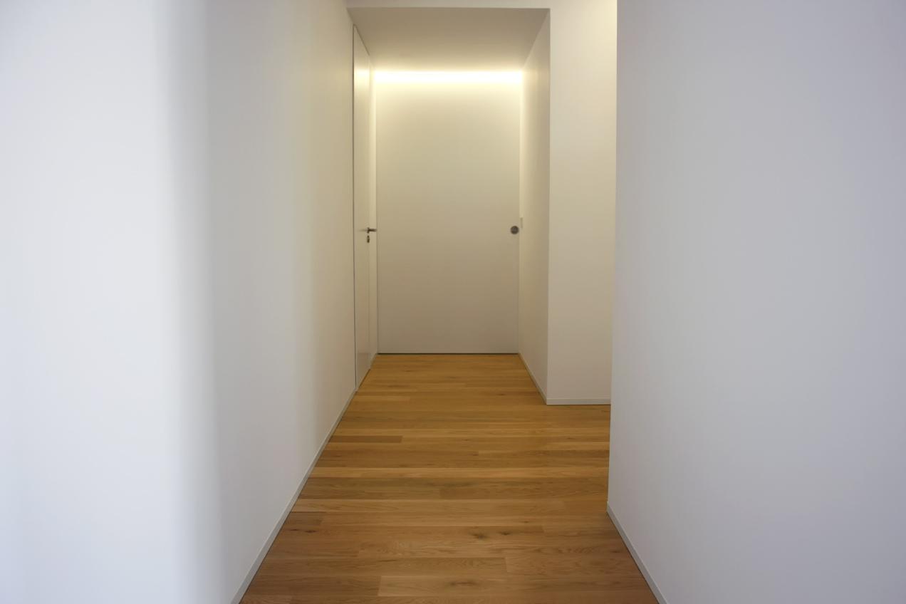 Puertas integradas en las paredes de vivienda particular realizada por la carpintería Madecor