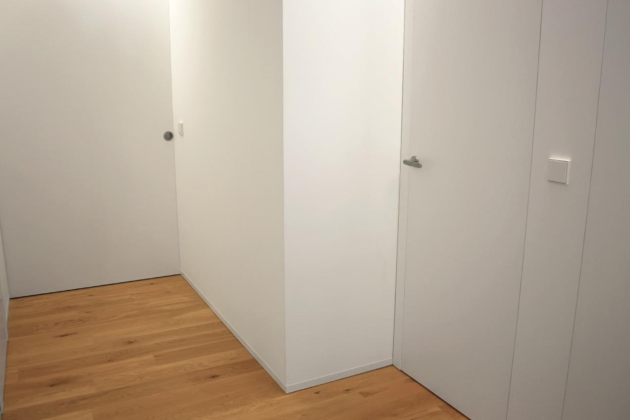 Puertas integradas en las paredes de vivienda particular realizada por la carpintería Madecor en Elche